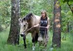 A passeggio con il cavallo nei boschi della brughiera